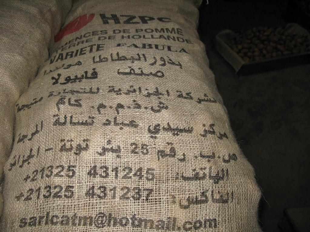 Arabische tekst op zakken pootaardappelen